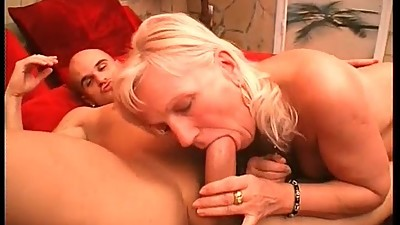 Mature bitches having great threesome