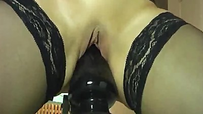 Amateur slut stretches her hole with..