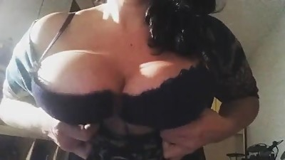 Italian MILF flash her tits on Instagram